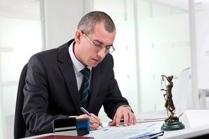 Einen Anwalt trotz Hartz 4 einschalten? Finanzielle Unterstützung durch Beratungs- und Prozesskostenhilfe ist möglich.