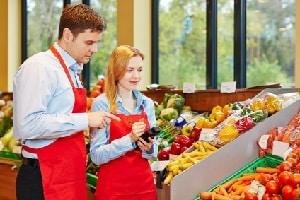 Geringverdiener, etwa aus dem Einzelhandel, können ihr Gehalt mit Arbeitslosengeld aufstocken. Ein Rechner ermittelt, was Betroffenen zusteht.
