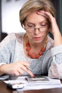 Die Definition von Altersarmut legt eine maximale Verdienstgrenze von 60 % des mittleren Einkommens in Deutschland fest.