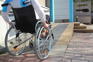 Hartz-IV-Härtefälle: Eine Putzhilfe für Rollstuhlfahrer wird in einigen Fällen vom Jobcenter bezahlt.