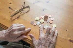 Hilfebedürftigkeit ist eine der Voraussetzungen, damit der für die Grundsicherung erforderliche Antrag bewilligt wird.