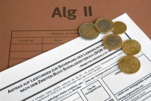 Beim Jobcenter erhältliche Formulare müssen ausgefüllt und mit vollständigen Unterlagen wieder eingereicht werden.