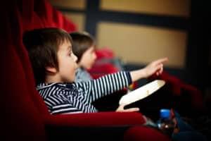 Kindergeld soll den Unterhalt des Kindes sichern - da ist zum Beispiel auch ab und an ein Kinobesuch drin.