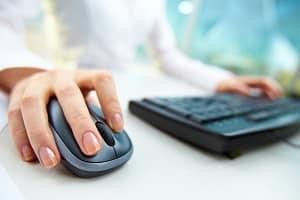 Ein psychologischer Test beim Jobcenter umfasst Aufgaben, die am Computer gelöst werden.