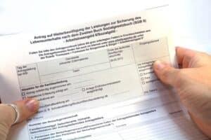 Das SGB 2 legt die Gesetze fest, die der Gewährung von Hartz 4 zugrunde liegen.