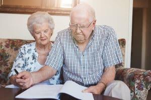 Für Sozialleistungen gibt es Beispiele, die für  Personen ab einem bestimmten Alter greifen.