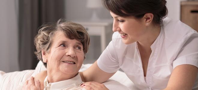 Es gibt verschiedene Sozialleistungen: Beispiele sind die Kranken- und Pflegeversicherung.