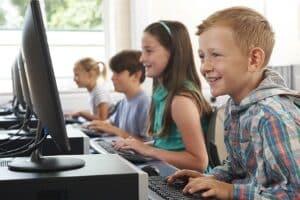Laut Urteil kann ein Computer einen Mehrbedarf darstellen, den das Jobcenter Familien bezahlen muss.