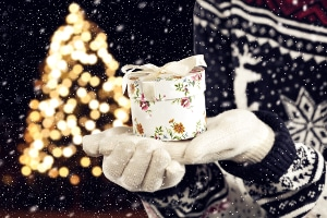 """Die Frage: """"Wann bekommt man Weihnachtsgeld?"""" stellt sich oft im Hinblick auf Geschenke."""