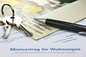In einer WG wohnen und Hartz 4 beziehen? Normalerweise muss nur der Untermietvertrag beim Jobcenter eingereicht werden.